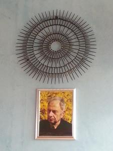 Der von Elmar Gruber geschaffene Strahlenkranz aus Nägeln - darunter sein Portrait