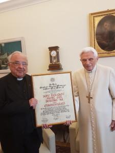 Der Vorsitzende unseres Vereins Dr. Gerhrad Gruber mit Papst em. Benedikt XVI. und der Urkunde zur Ehren-Mitgliedschaft