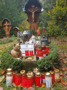 Das Grab wird zu einer Wallfahrtsstätte - Dank-Lichter am Grab