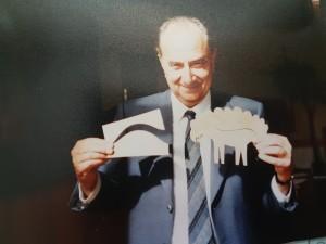 Elmar Gruber in seiner Arbeit mit Symbolen