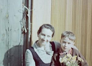Kindheitsbild von Elmar Gruber, mit Mutter Antonie