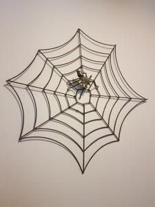 Spinne aus Nägeln, Spinnen-Netz aus Metall-Stäben