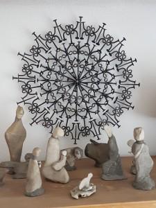 Prachtvoller Nagel-Strahlenkranz mit Krippenfiguren aus Stein