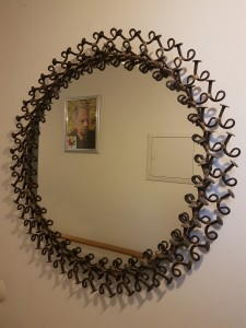 Spiegel mit Bild-Rahmen aus Nägeln