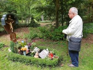 Dr. Gerhard Gruber, Apostolischer Protonotar, Domdekan i.R., am Grab seines Bruders Elmar - 24.05.2020